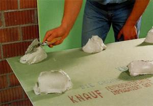 Как плавильно произвести монтаж гипсокартона на клей