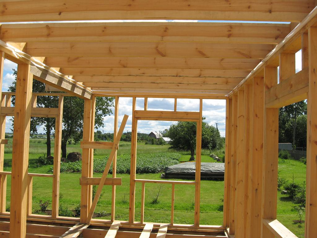 Как построить своими руками каркасный дом?