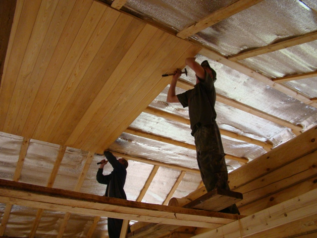 Отделка потолка в домах деревянного вида