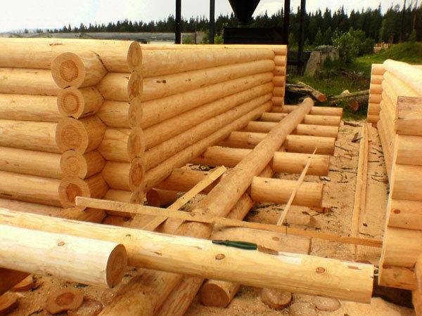 Подготовка оцилиндрованного бревна для строительства дома