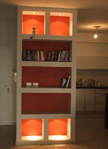 В интерьер гостиной хорошо вписывается шкаф из гипсокартона с открытыми полками и подсветкой