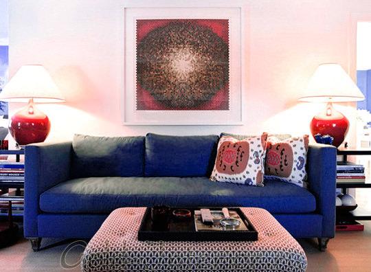 Синий диван и красные аксессуары