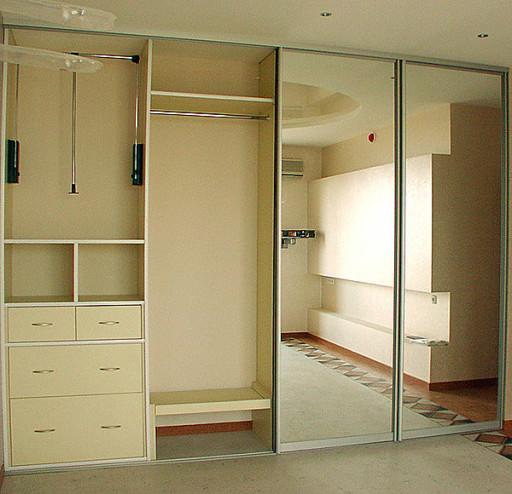 В просторном шкафу-купе можно разместить все вещи - и нужные, и ненужные