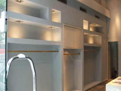 Подсветка в кухонном шкафу играет не только декоративную, но и практическую роль