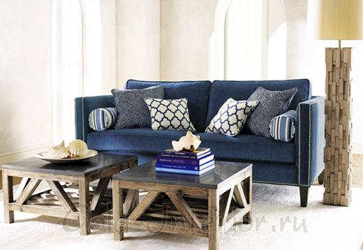 Интерьер с синим диваном и подушками с узорами