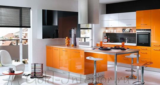 Апельсиновый и серебристый оттенки на кухне стиля хай-тек