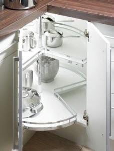 Угловая кухня экономит место в маленькой кухне
