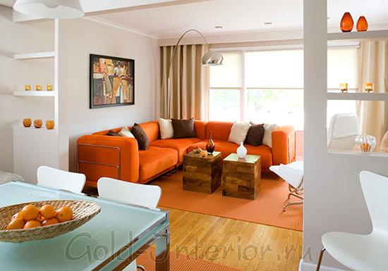 Апельсиновый + белый + коричневый в дизайне гостиной