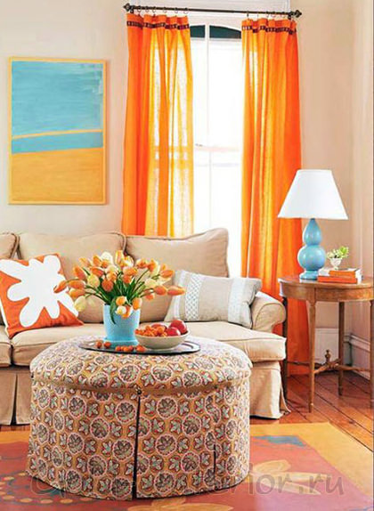 Оранжевый + бирюзовый цвет в оформлении уютной гостиной