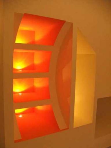 Необычная конструкция и яркая подсветка - основные декоративные особенности этого встроенного шкафа