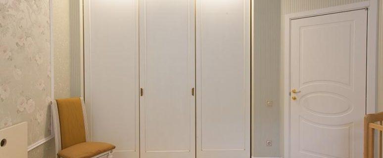 шкаф купе в корпусе из шпона особенности и важные преимущества