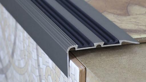 Где применяются алюминиевые противоскользящие накладки